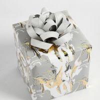 Geschenkverpackung mit einer Rosette aus Papierstreifen