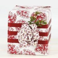 Geschenkverpackung mit einer Riesenschleife aus Papierstreifen