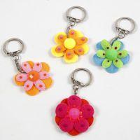Taschen- und Schlüsselanhänger mit Filzblumen und Cabochons