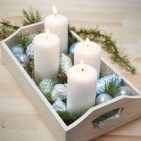Weihnachts-Tablett mit vier Kerzen und bemalten Glas- und Terracotta-Kugeln