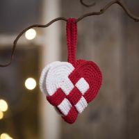 Gehäkeltes und geflochtenes Herzkörbchen aus roter und weißer Baumwolle