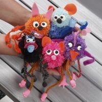 Phantasie-Tiere aus Pompons und Pfeifenreinigern, dekoriert mit Filz und Silk Clay