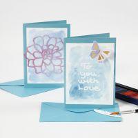 Karten und Tischkärtchen mit Zeichengummi-Text, übermalt mit Wasserfarbe