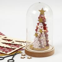 Stillleben mit Weihnachtsbäumen aus dekoriertem Holz unter einer Glaskuppel