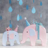 Mit Bastelfarbe und Party-Hütchen dekorierte Elefanten