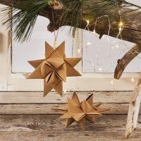 Ein gewebter Weihnachtsstern (Fröbelstern) aus Kunstlederpapier-Streifen zum Aufhängen