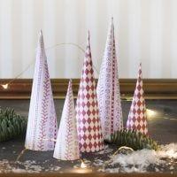 Kegelförmige Weihnachtsbäume, gebastelt aus Design-Papier