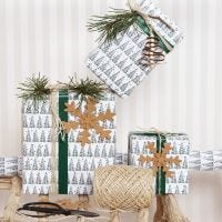 Festliche Geschenkverpackungen mit Weihnachtsbaummotiv und Deko aus Kunstlederpapier