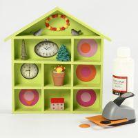 Nippes-Regal in Häuserform, bemalt und dekoriert mit Bastelfarbe und Collagen