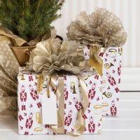 Geschenk mit Pompon aus Seidenpapier