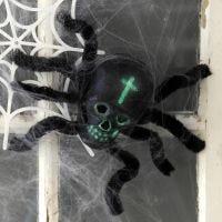 Halloween-Deko: Spinne aus einem Schädel und Pfeifenreinigern