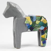 Mosaiksteine aufgeklebt auf Pappmaché-Figur