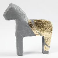 Mit Blattgold-Imitat verzierte Pappmaché-Figur