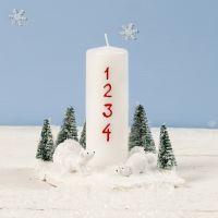 Weihnachtsdeko mit Kerze, Mini-Eisbären und Tannenbäumen