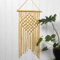 Im Macramé-Stil geknüpfte Wanddeko aus Baumwoll-Schlauchgarn