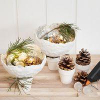 Schalen aus Mullbinden, verziert mit Glitter und drapiert auf kleine Blumentöpfe