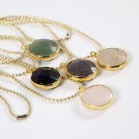 Goldperlenkette mit Steinanhänger