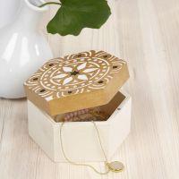 Holzdose, verziert mit Ethno-Design von einer Vorlage