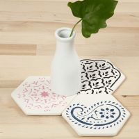 Terracotta-Kacheln mit Ethno-Design von einer Schablone