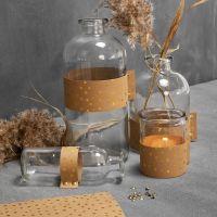 Glasflaschen und Teelichter, verziert mit Kunstlederpapier