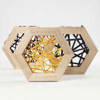 Kunstwerk aus Stoffgarn und sechseckigem Holzrahmen