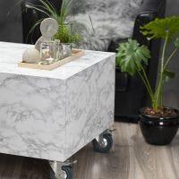 Kleiner Tisch aus Palettenholz, verziert mit selbstklebender Folie