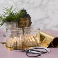 Teelichtgläser, verziert mit Streifen goldener Dekofolie