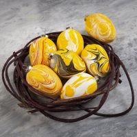 Terrakotta-Eier, verschönert mit Marmor-Effektfarbe