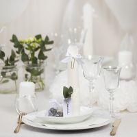 Tischdeko in Weiß mit Papierblumen, Luftballons, zum Turm gefaltete Serviette und Platzkarten