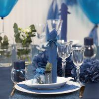 Tischdeko in Dunkelblau mit Papierblumen, Luftballons, zum Turm gefaltete Serviette und Platzkarten