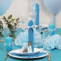 Tischdeko in Hellblau mit Papierblumen, Luftballons, zum Turm gefaltete Serviette und Platzkarten