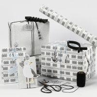 Geschenkverpackungen in Schwarz, Weiß und Silber mit Anhänger, Holzfisch und Shaker-Clips