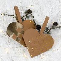Aus Kunstlederpapier gewebter Herzanhänger als Weihnachtsdeko