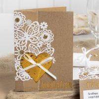 Einladung, dekoriert mit Spitzenkarton, Dekofolien-Herz und Strasssteinen