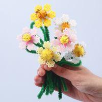 Blumen, gebastelt aus Bügelperlen, Pfeifenreinigern und Pompons