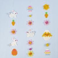 Girlande aus Bügelperlen in Form von Osterhasen, -eiern, -küken und Blumen