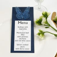 Blaue Menükarte, verziert mit Stanz-Schmetterling