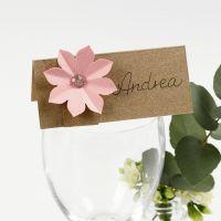 Tischkarte, verziert mit 3D-Blumen aus Karton