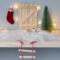 Die Eingangstüre zum Koboldhaus aus Eisstielen, eine Strickleiter und ein Weihnachtsstrumpf als Briefkasten