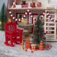 Der Wichtel schmückt das Haus des Weihnachtsmannes