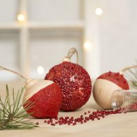 Christbaumkugeln, verziert mit Bastelfarbe, Modelliermasse und Glasperlen