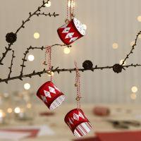 Weihnachtsdeko: Trommeln aus Designpapier, verziert mit Glöckchen