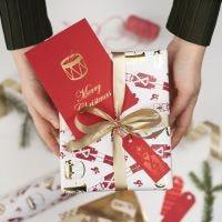 Weihnachtliche Geschenkanhänger, verziert mit Deko- und Klebefolie