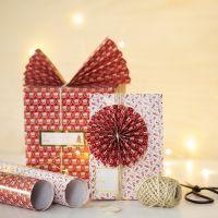 Weihnachtliche Geschenkverpackung, verziert mit Papierfächer und -rosette