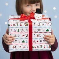 Weihnachtliche Geschenkverpackung mit Papier im Winter Wonderland-Design und Pop up-Anhänger