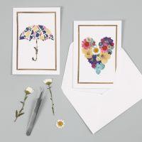 Grußkarte, verziert mit Trockenblumen und einem Rahmen aus Dekofolie