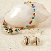 Perlenarmband und Ohrringe mit goldenen Muscheln