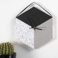 Wanduhr aus einem mit Kunstlederpapier bezogenen Tablett