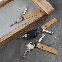 Schlüsselanhänger mit Namensschild aus geprägtem Metall und Anhänger aus Kunstlederpapier