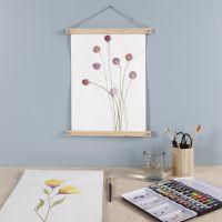 Florales Bild aus Wasserfarben, aufgehangen an Posterleisten